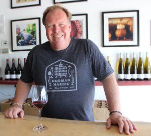 Norm Hardie, vigneron, dans sa salle de dégustation