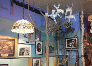 À l'intérieur du restaurant Miss the Pas, situé à The Pas, au Manitpba – orignal et chevreuil en papier d'aluminium suspendus au plafond
