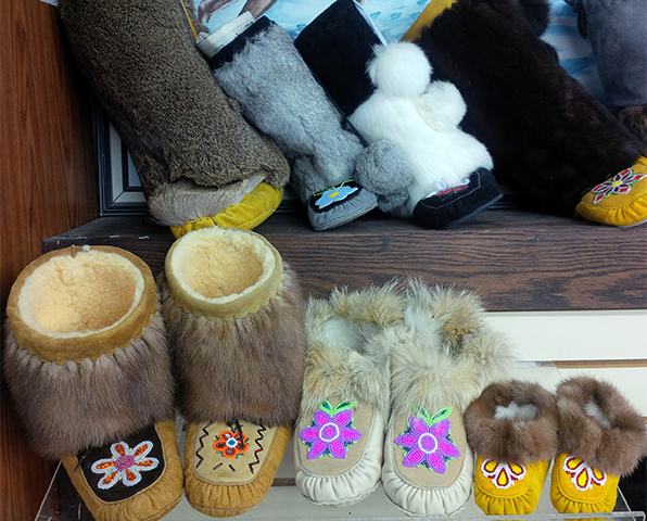 Les mocassins et mukluks fabriqués à la boutique White Feather Cree-Ations de The Pas, au Manitoba