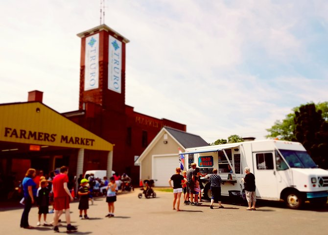 Le camion-restaurant Taco Stiles au marché public de Truro