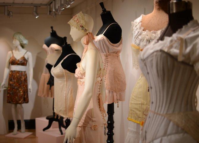 Des sous-vêtements antiques au Musée de l'histoire de la mode (©Explore Waterloo Region)