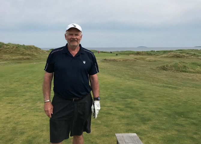 Peter Mansbridhe jouant du golf à Cabot links (© @thepetermansbridge)