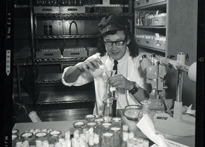 A young David Suzuki working in the lab (© @davidsuzukifdn)