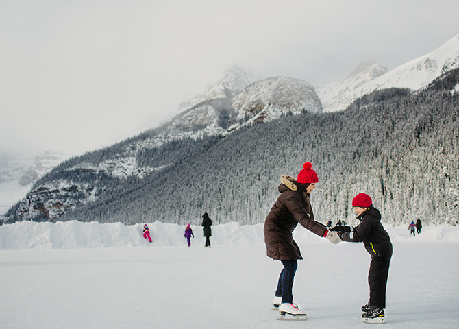 Skating on Lake Louise (© Kelly MacDonald)