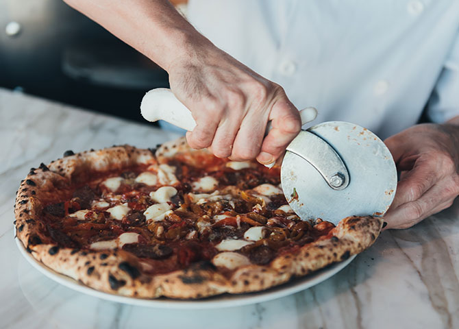 Une pizza rustique au four à bois à Fabricca (©The McEwan Group)