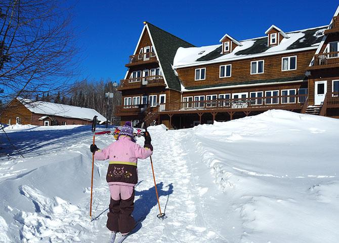 Profiter des chemins de ski au Club Odanak.