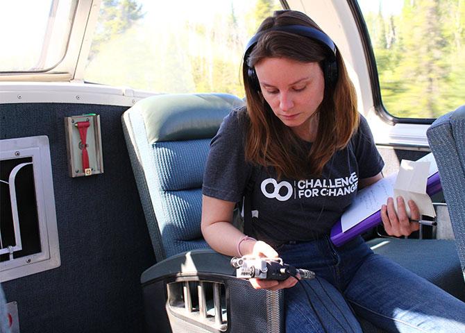 Catherine Phillips enregistre des conversations avec des passagers dans le train (© C4C Canada)