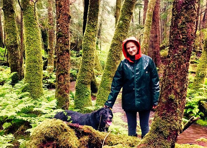 Auteur Frances Riley avec son chien, Fergus, dans la forêt.