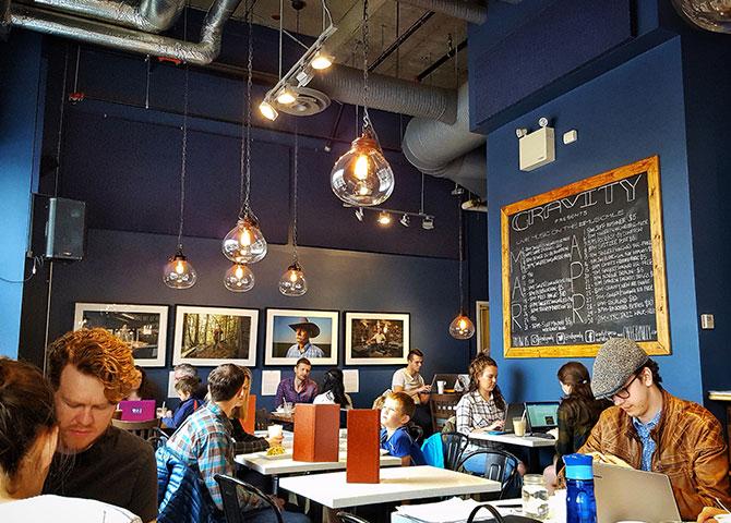Gravity met en valeur des artistes locaux tout en servant du café et des boissons (© Justina Law)