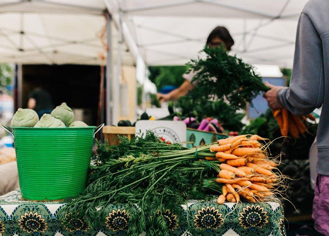 Shop for fresh produce and other products at the Coubourg Farmer's Market (© Tourism Cobourg)