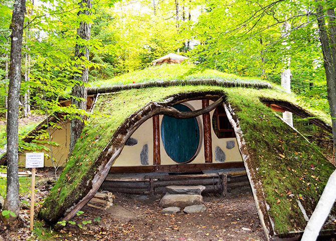 Why not spend the night at this Hobbit House (©Les Toits du monde)