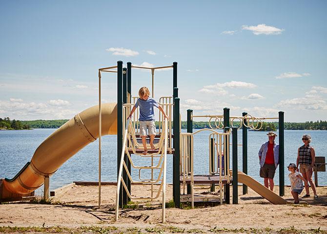 Jouer dans le parc à Viamede Resort (©Viamede Resort)