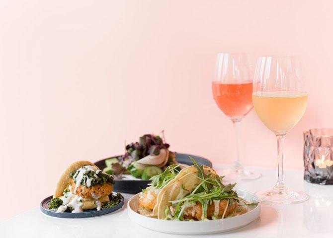 Des bouchées savoureuses et des verres de vin au bar Field Guide (© Field Guide Bar)