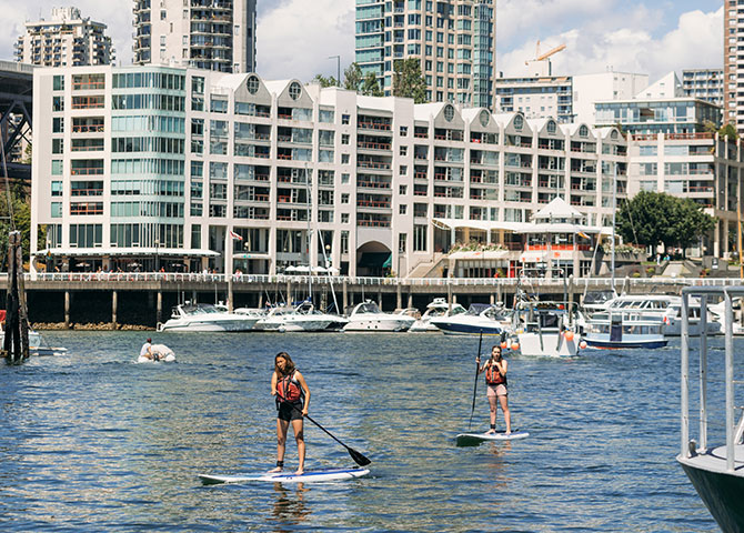 Traversez l'eau à bord une planche à pagaie sur Granville Island (© Tourism Vancouver/ Rishad Daroowala)
