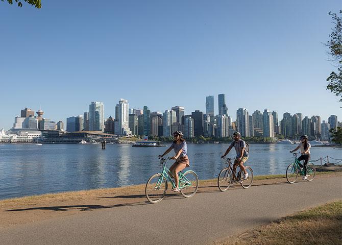 Faites du vélo au bord de l'eau dans le parc Stanley (© Tourism Vancouver/ Rishad Daroowala)