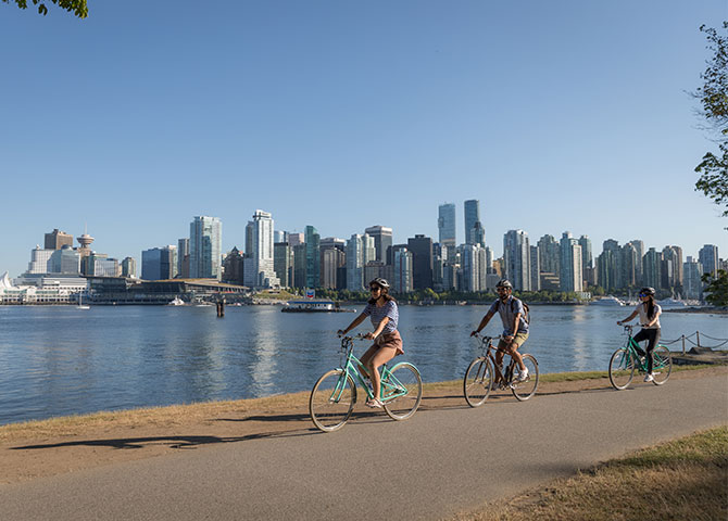 Cycle along the water in Stanley Park (© Tourism Vancouver/ Rishad Daroowala)