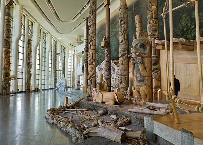 Les totems des Premières Nations de la côte du Pacifique dans la Grande Galerie (© Canadian Museum of History)