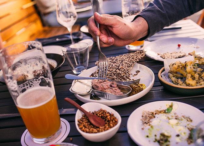 Dégustez une bière artisanale et un repas sur terrasse de Biera (© Bri Vos, Detour Photography)