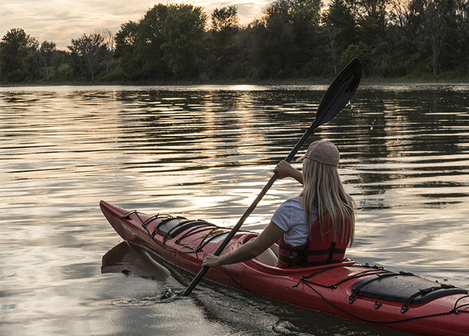 Paddle your way across the water at Îles de Boucherville National Park (©Guillaume Simoneau)