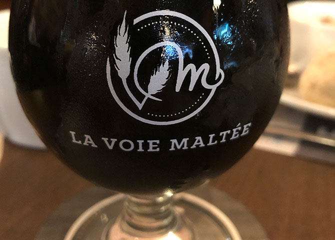 Enjoy a glass of la Voie Maltée's stout beer
